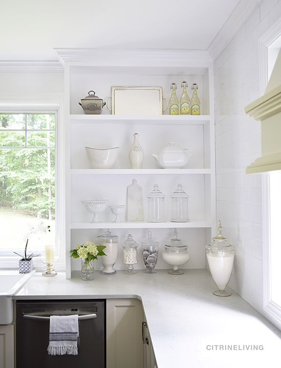 Style your shelves like a pro : all neutral, open kitchen shelves keep this look clean and simple.