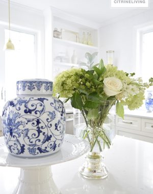 blue-and-white-fresh-flowers-kithcen3