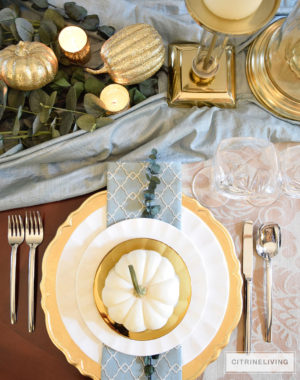 tablesetting-white-pumpkin-gold-plate-holiday