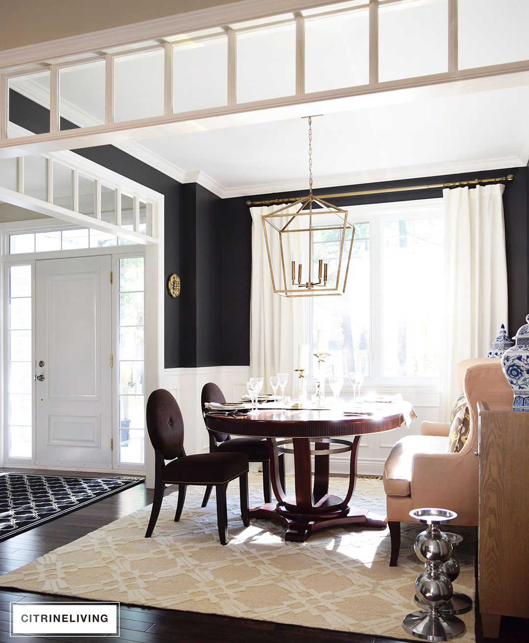 dining-room-black-walls-neutral-rug-brass-pendant4