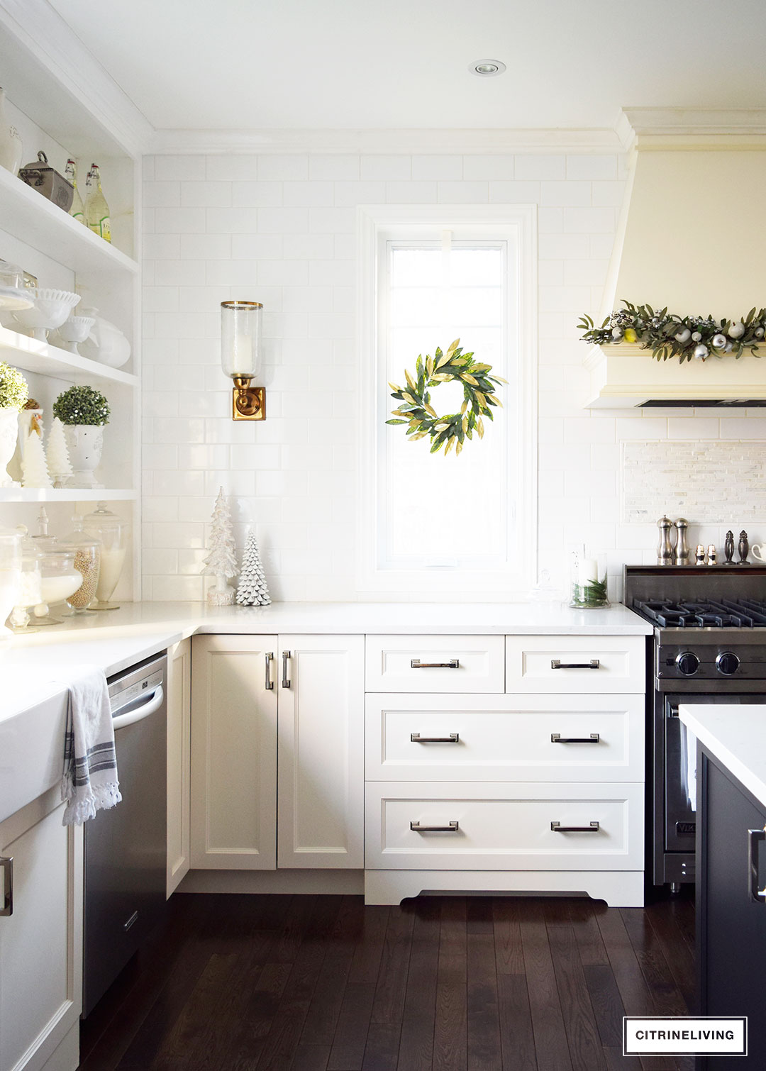 kitchen-christmas-magnolia-wreath