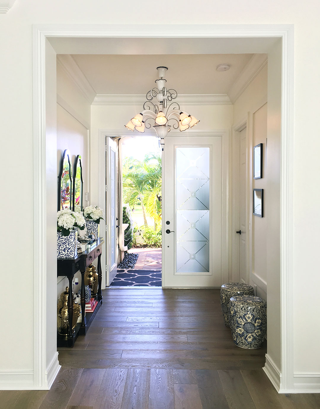 entry-florida-home-garden-stools-white-chandelier
