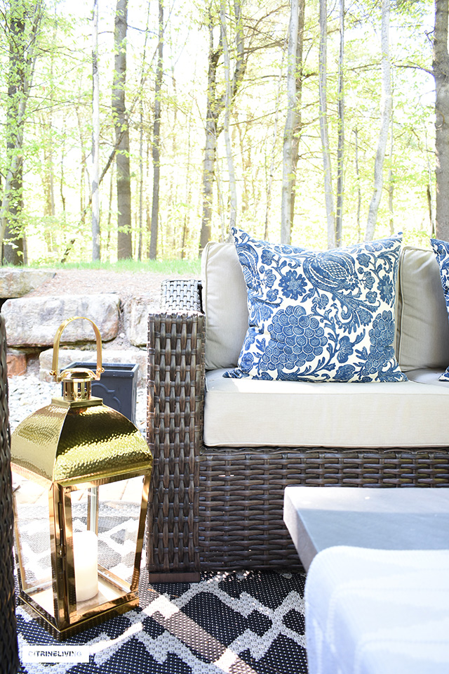 Create the ultimate outdoor living space by bringing the indoors out - from beautiful baskets and cozy blankets to elegant garden stools and decorative pillows - you can have the backyard of your dreams with these simple to follow tips!
