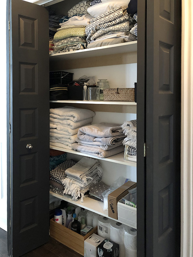 Organizing projects: our messy and overwhelming linen closet needs some paint, wallpaper and baskets!