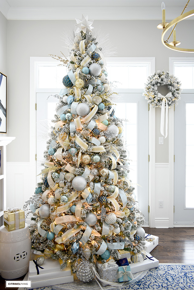 Elegant Christmas living room - Gorgeous Christmas tree with blue and gold decorations