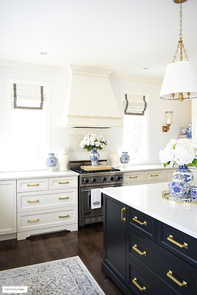 Beautifully decorated kitchen range for spring with ginger jars and blue and white chinoiserie pieces.
