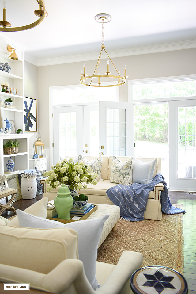 Summer living room decorating with a pretty blue, green and natural color palette, brings a fresh and breezy look!