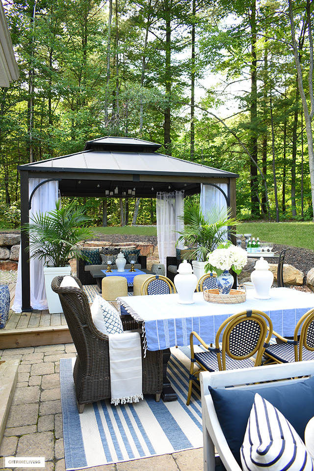 Beautiful backyard decorated with an indoor feel.